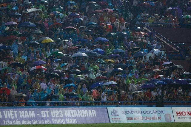 ẢNH: Khán giả cuồng nhiệt, đội mưa xem U23 Việt Nam - Ảnh 2.