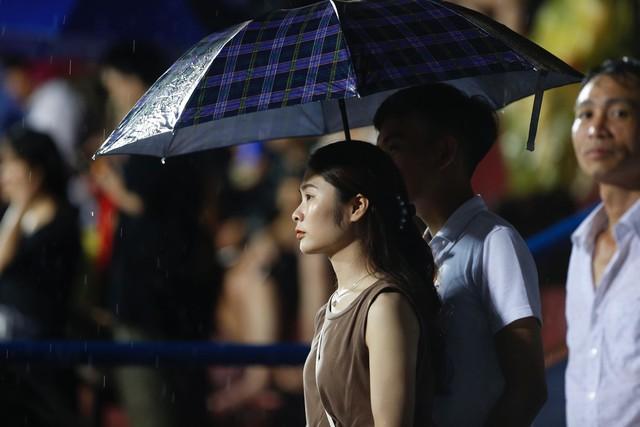 ẢNH: Khán giả cuồng nhiệt, đội mưa xem U23 Việt Nam - Ảnh 9.