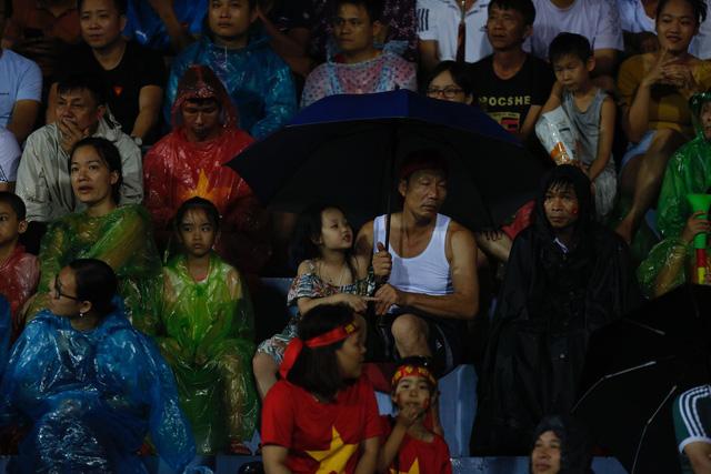 ẢNH: Khán giả cuồng nhiệt, đội mưa xem U23 Việt Nam - Ảnh 8.