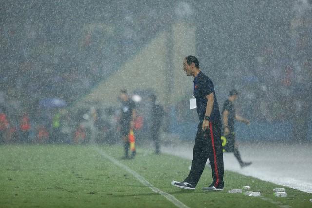 ẢNH: Khán giả cuồng nhiệt, đội mưa xem U23 Việt Nam - Ảnh 1.