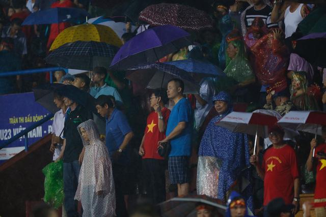 ẢNH: Khán giả cuồng nhiệt, đội mưa xem U23 Việt Nam - Ảnh 7.