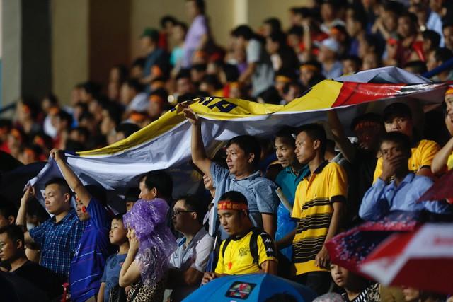 ẢNH: Khán giả cuồng nhiệt, đội mưa xem U23 Việt Nam - Ảnh 6.
