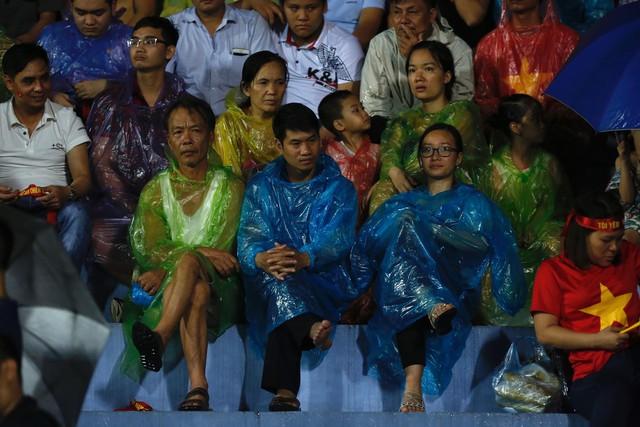 ẢNH: Khán giả cuồng nhiệt, đội mưa xem U23 Việt Nam - Ảnh 5.