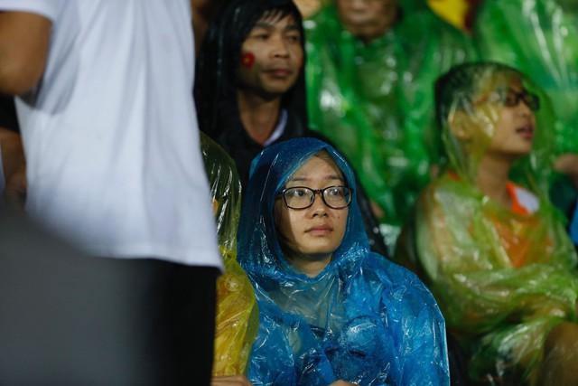 ẢNH: Khán giả cuồng nhiệt, đội mưa xem U23 Việt Nam - Ảnh 4.