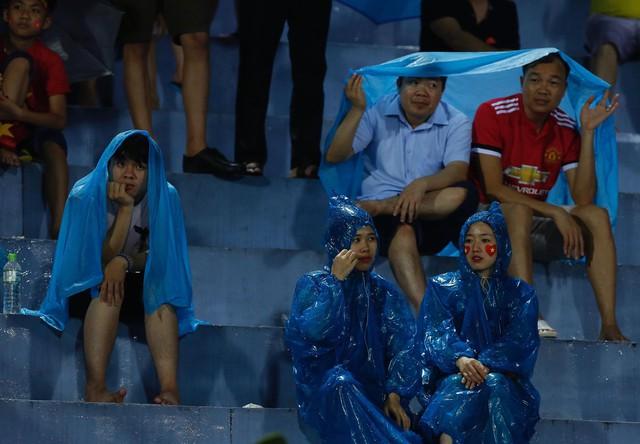 ẢNH: Khán giả cuồng nhiệt, đội mưa xem U23 Việt Nam - Ảnh 3.