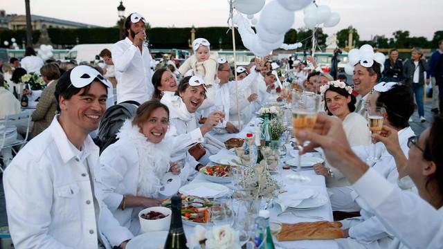 Trên 10.000 người Pháp dự Bữa tối Trắng để kết nối cộng đồng - Ảnh 1.