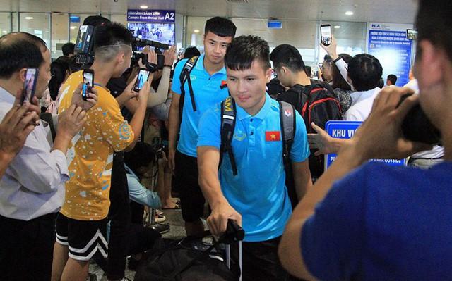 ĐT Việt Nam về nước, các tuyển thủ tất bật trở lại với vòng quay V.League - Ảnh 2.