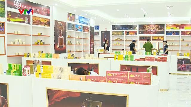 Bắt giữ khối lượng lớn hàng giả tại trung tâm thương mại ở Móng Cái - Ảnh 1.