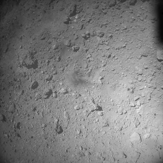 Tàu thám hiểm Nhật Bản hạ cánh xuống tiểu hành tinh Ryugu - Ảnh 2.
