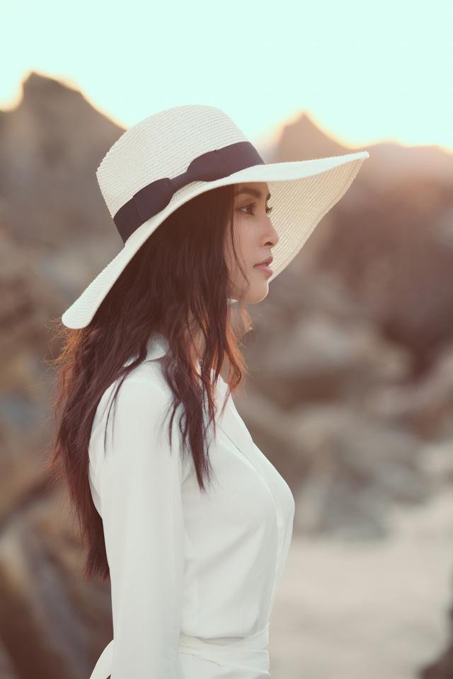 Hoa hậu Tiểu Vy bị bắt gặp dạo biển cùng trai Tây - Ảnh 9.