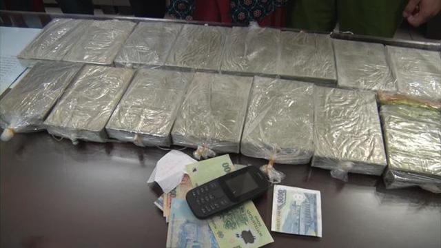 Bắt quả tang nữ giáo viên nghỉ hưu mua bán vận chuyển 15 bánh heroin - Ảnh 1.