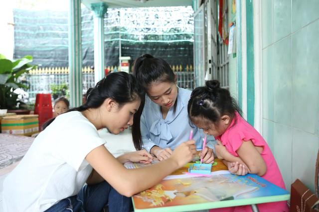 Thí sinh Miss World Việt Nam giản dị để mặt mộc thực hiện dự án nhân ái - Ảnh 6.