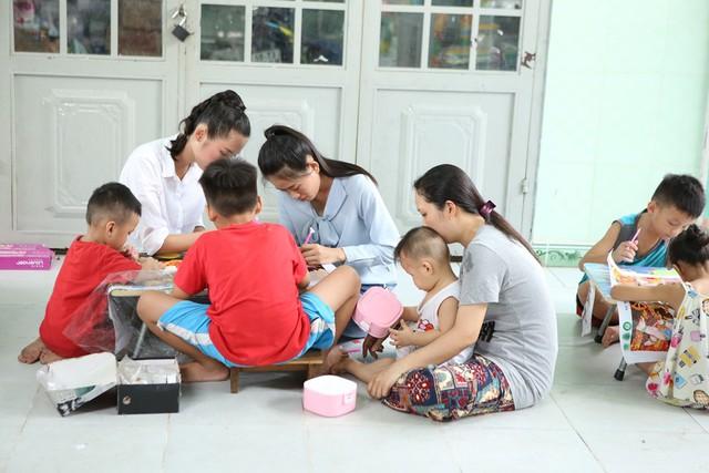 Thí sinh Miss World Việt Nam giản dị để mặt mộc thực hiện dự án nhân ái - Ảnh 5.