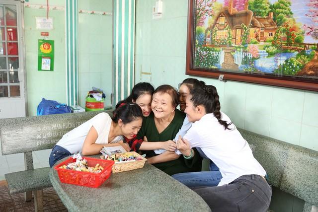 Thí sinh Miss World Việt Nam giản dị để mặt mộc thực hiện dự án nhân ái - Ảnh 2.
