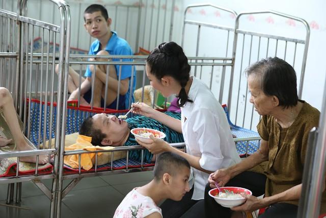 Thí sinh Miss World Việt Nam giản dị để mặt mộc thực hiện dự án nhân ái - Ảnh 3.