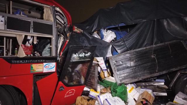 Xe khách đối đầu xe tải, hai tài xế chết kẹt trong ca-bin - Ảnh 1.