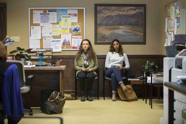 Netflix xoá cảnh tự tử trong bộ phim đình đám 13 reasons why - Ảnh 2.