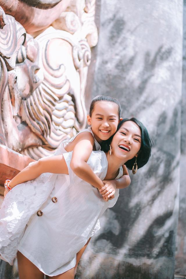 Hé lộ những hình ảnh trong MV Đi để trở về của mẹ con ca sĩ Thái Thùy Linh - Ảnh 2.