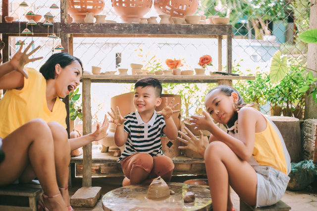 Hé lộ những hình ảnh trong MV Đi để trở về của mẹ con ca sĩ Thái Thùy Linh - Ảnh 1.