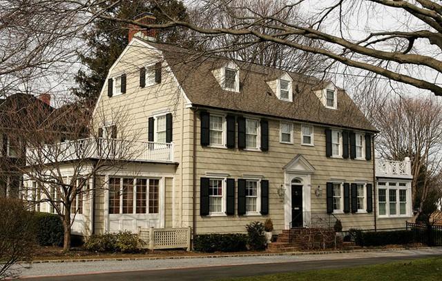 Quá tò mò, cặp vợ chồng liều lĩnh mua căn nhà ma trong phim Ám ảnh kinh hoàng - Ảnh 1.