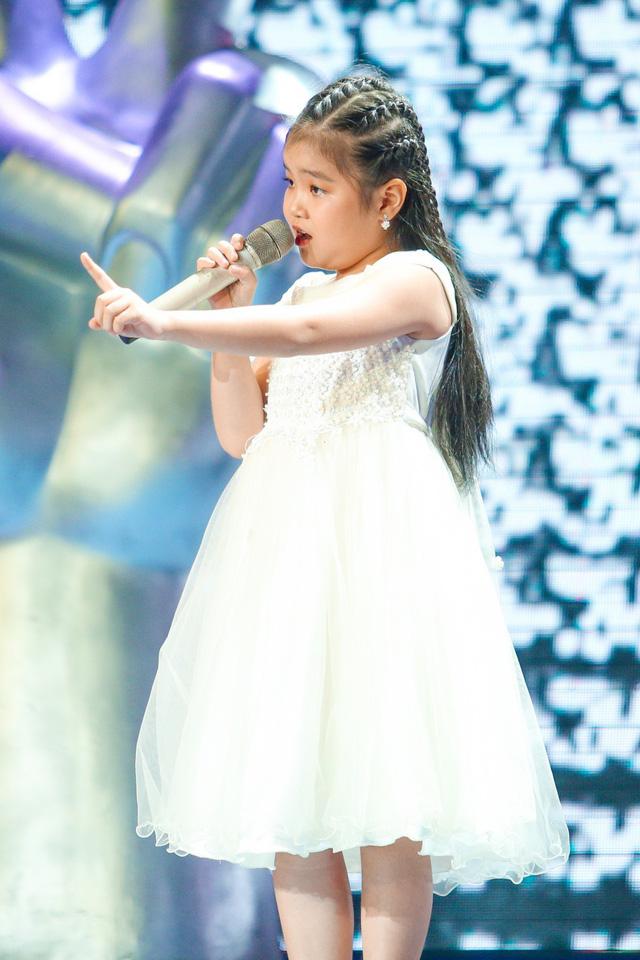 Giọng hát Việt nhí: Xuất hiện ngôi sao 7 tuổi khiến Phạm Quỳnh Anh chặn Hương Giang - Ảnh 1.