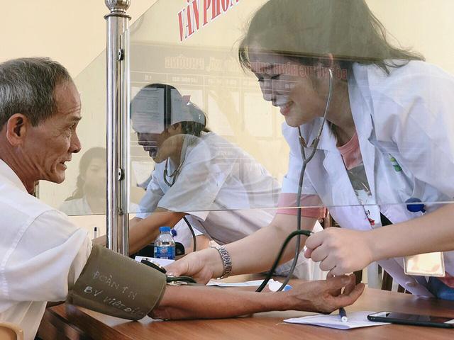Khám, cấp phát thuốc miễn phí cho người cao tuổi tại Hà Nam - Ảnh 2.