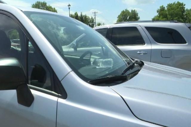 Để chai nước trong ô tô khi nhiệt độ cao có thể gây hỏa hoạn - Ảnh 1.
