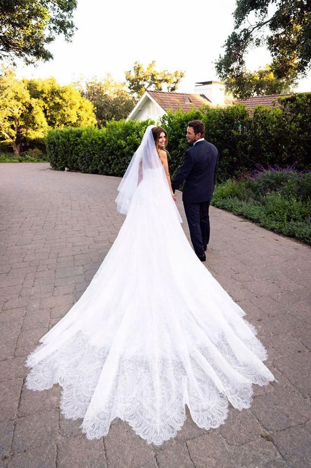 Trầm trồ với những mẫu váy cưới của các ngôi sao - Ảnh 2.