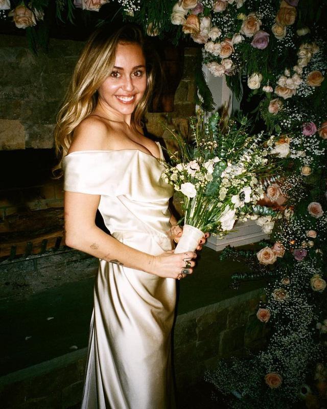 Trầm trồ với những mẫu váy cưới của các ngôi sao - Ảnh 4.