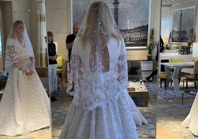 Trầm trồ với những mẫu váy cưới của các ngôi sao - Ảnh 11.