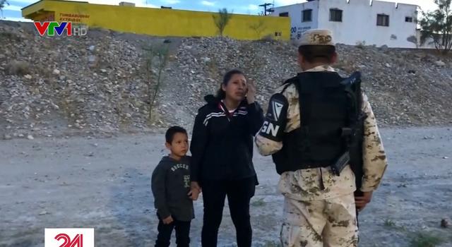 Người mẹ di cư khóc nức nở cầu xin lính Mexico cho vượt biên sang Mỹ - Ảnh 1.
