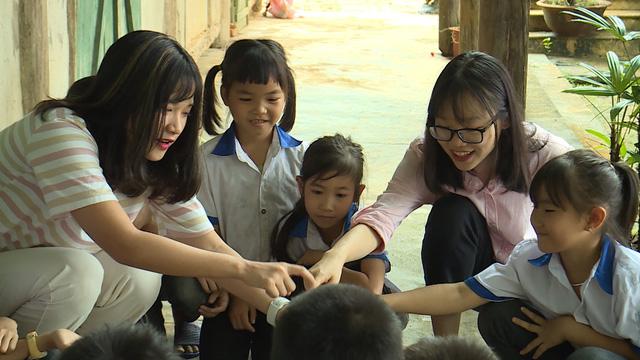 Quỹ Tấm lòng Việt và du học sinh Mỹ khoác chiếc áo mới cho điểm trường vùng cao - Ảnh 8.