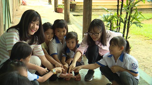 Quỹ Tấm lòng Việt và du học sinh Mỹ khoác chiếc áo mới cho điểm trường vùng cao - Ảnh 9.
