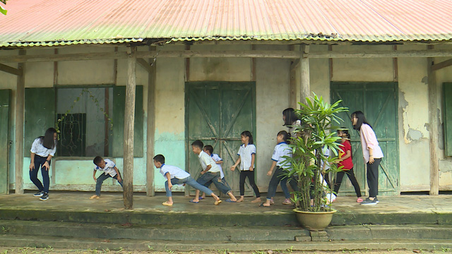 Quỹ Tấm lòng Việt và du học sinh Mỹ khoác chiếc áo mới cho điểm trường vùng cao - Ảnh 10.