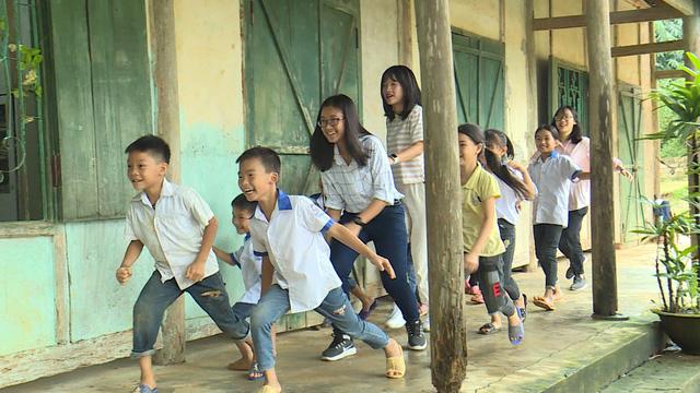Quỹ Tấm lòng Việt và du học sinh Mỹ khoác chiếc áo mới cho điểm trường vùng cao - Ảnh 11.