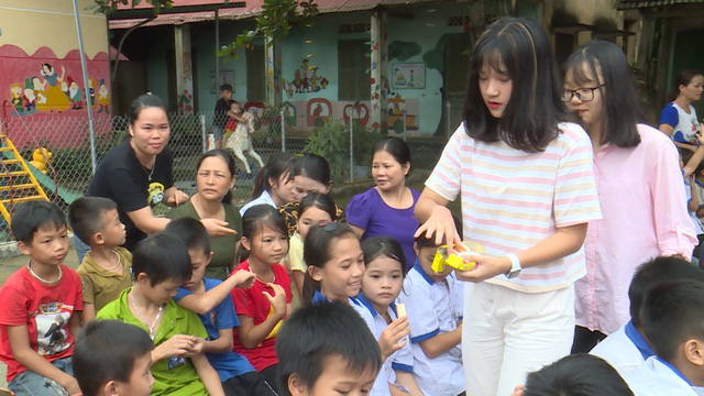 Quỹ Tấm lòng Việt và du học sinh Mỹ khoác chiếc áo mới cho điểm trường vùng cao - Ảnh 12.
