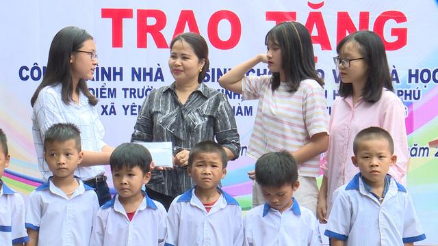 Quỹ Tấm lòng Việt và du học sinh Mỹ khoác chiếc áo mới cho điểm trường vùng cao - Ảnh 1.