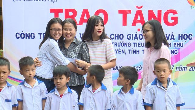 Quỹ Tấm lòng Việt và du học sinh Mỹ khoác chiếc áo mới cho điểm trường vùng cao - Ảnh 15.