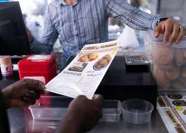 Nhà hàng mời khách ăn miễn phí nếu không có tiền - Ảnh 2.