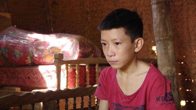 Giấc mơ được đến trường của 2 anh em không có mẹ - Ảnh 1.