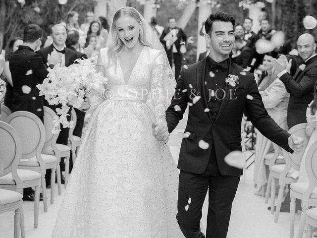 Hé lộ hình ảnh đầu tiên trong lễ cưới của Sophie Turner và Joe Jonas - Ảnh 1.