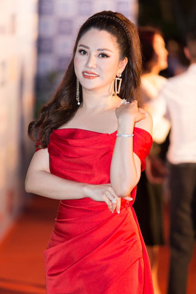 Á hậu Phương Nga tình tứ bên Bình An, Đỗ Mỹ Linh một mình sải bước trên thảm đỏ Miss World Việt Nam 2019 - Ảnh 18.