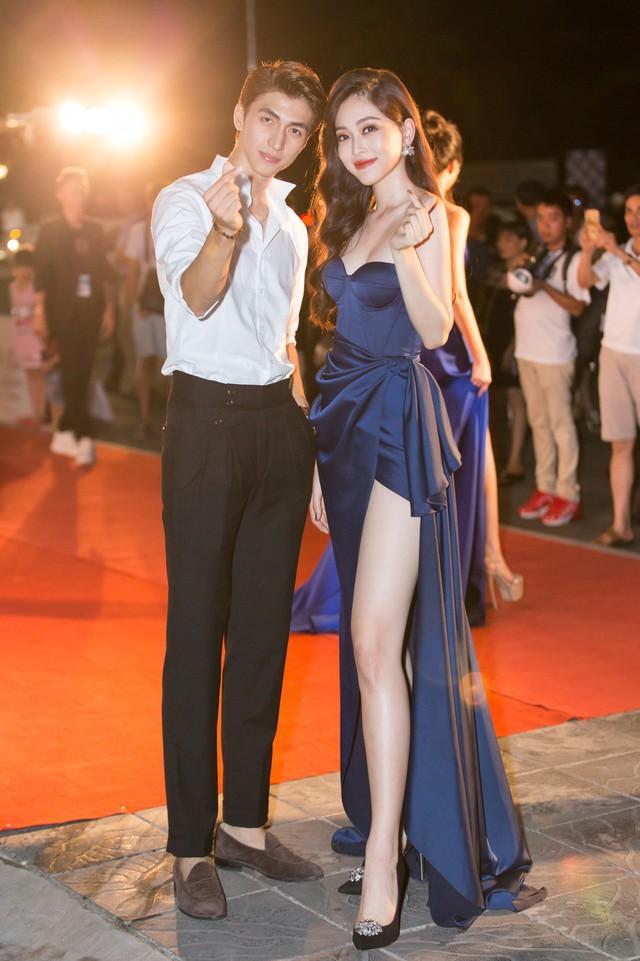 Á hậu Phương Nga tình tứ bên Bình An, Đỗ Mỹ Linh một mình sải bước trên thảm đỏ Miss World Việt Nam 2019 - Ảnh 12.