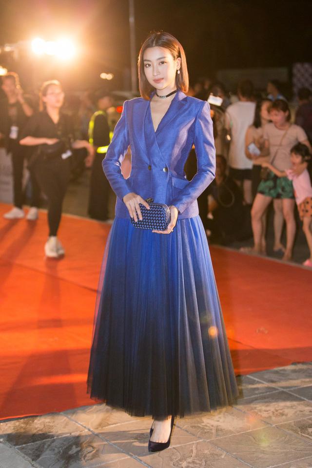 Á hậu Phương Nga tình tứ bên Bình An, Đỗ Mỹ Linh một mình sải bước trên thảm đỏ Miss World Việt Nam 2019 - Ảnh 2.