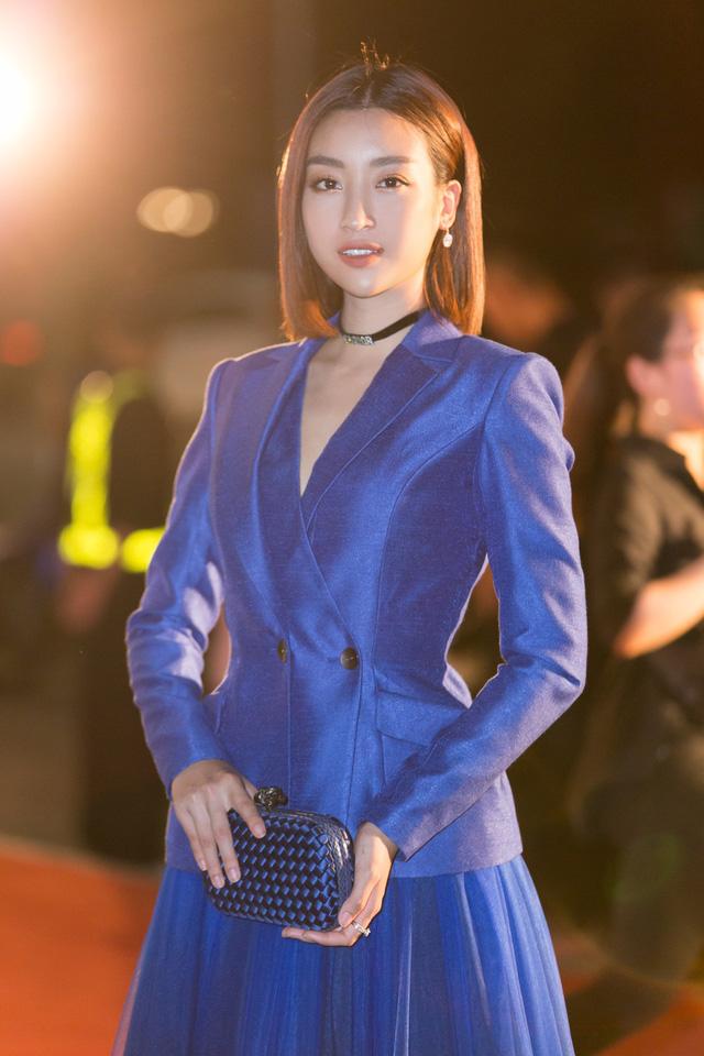 Á hậu Phương Nga tình tứ bên Bình An, Đỗ Mỹ Linh một mình sải bước trên thảm đỏ Miss World Việt Nam 2019 - Ảnh 1.
