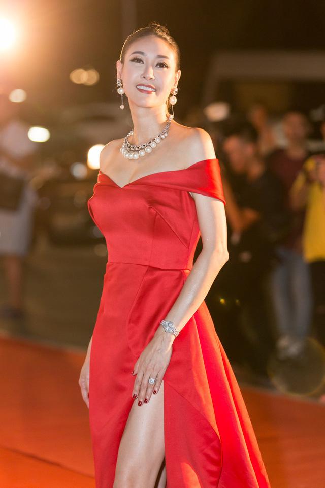 Á hậu Phương Nga tình tứ bên Bình An, Đỗ Mỹ Linh một mình sải bước trên thảm đỏ Miss World Việt Nam 2019 - Ảnh 14.