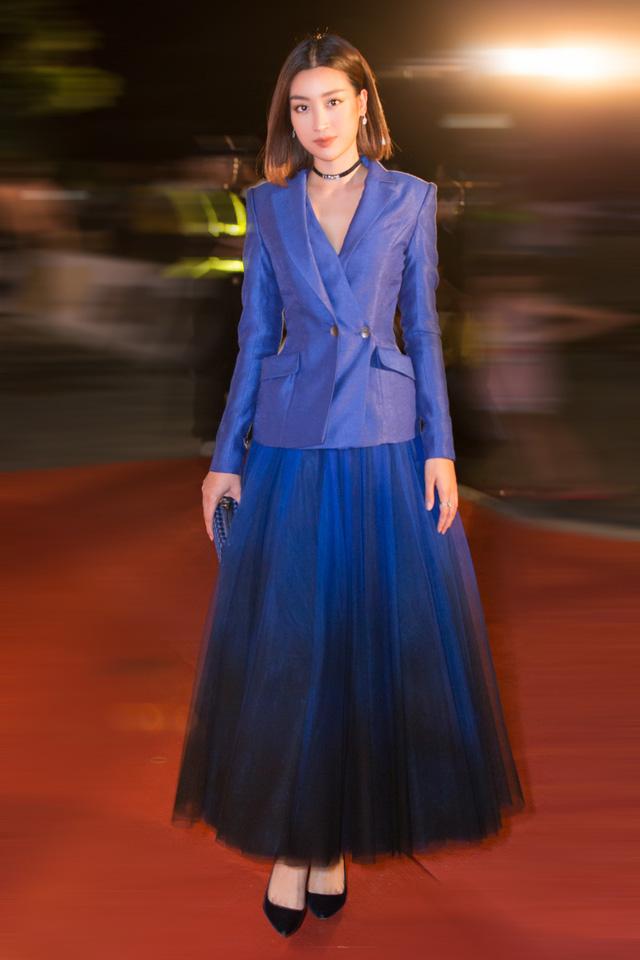 Á hậu Phương Nga tình tứ bên Bình An, Đỗ Mỹ Linh một mình sải bước trên thảm đỏ Miss World Việt Nam 2019 - Ảnh 3.