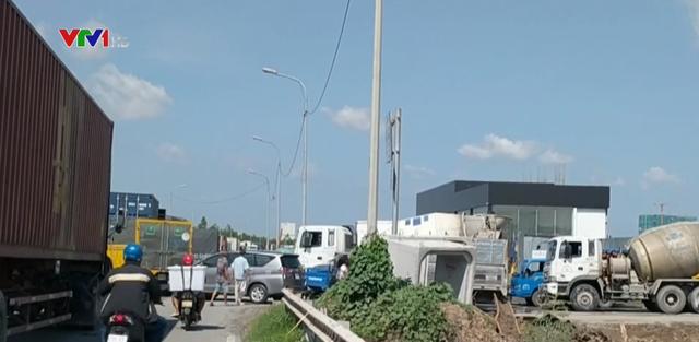 Xe cẩu gặp sự cố gây kẹt xe hàng chục km ở TP.HCM - ảnh 1