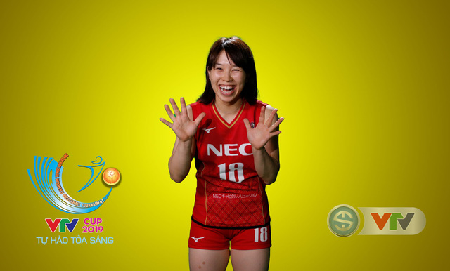 VTV Cup Tôn Hoa Sen 2019: Các cô gái ĐT Việt Nam và CLB NEC Nhật Bản ngộ nghĩnh trong buổi chụp hình - Ảnh 10.