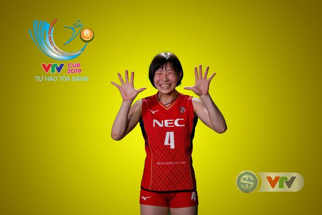 VTV Cup Tôn Hoa Sen 2019: Các cô gái ĐT Việt Nam và CLB NEC Nhật Bản ngộ nghĩnh trong buổi chụp hình - Ảnh 9.
